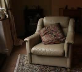 comment entretenir un fauteuil en cuir comment reupholster un fauteuil en cuir article teamdemise