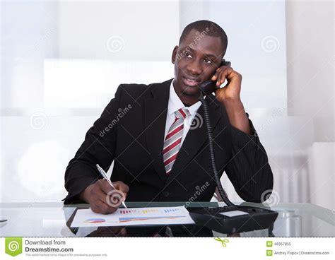 bureau homme d affaire homme d 39 affaires africain travaillant au bureau image