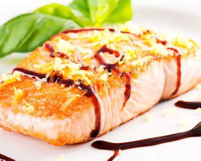 cuisiner pavé de saumon poele recette pavés de saumon au vinaigre balsamique