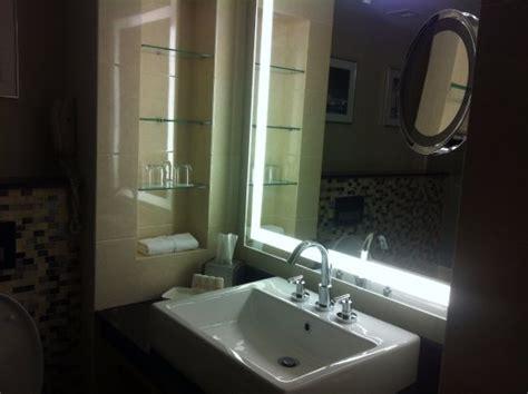 salle de bain tr 232 s fonctionnelle cependant un s 232 che serviette serait vraiment le bienve