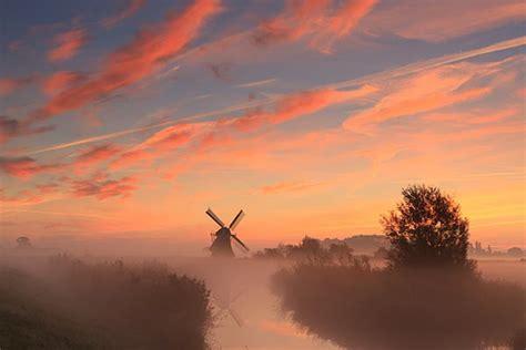 papier peint contemporain chambre tableau paysage moulin et soleil couchant izoa