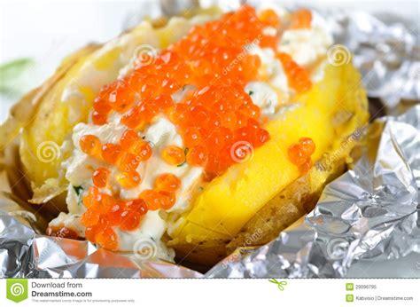 pommes de terre robe de chambre pomme de terre en robe de chambre avec le caviar photo