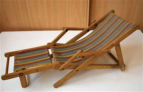 ancienne chaise longue pour poup 233 e ou baigneur est en bois et tissu une fois ouverte