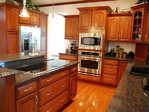 Kitchen make your kitchen look perfect with kraftmaid for Kitchen cabinets lowes with all stickers