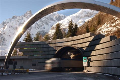 le tunnel du mont blanc des dizaines de camions passent le tunnel du mont blanc au compte gouttes vu dans la presse