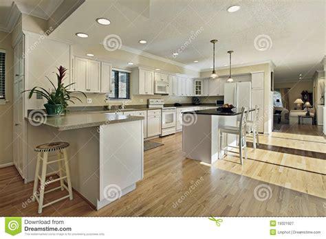 cuisine ile de grande cuisine avec le dessus d 39 île de granit photographie