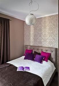 Schlafzimmer Braun Beige : schlafzimmer ideen gestaltung farben beige braun tapete damask muster lila kissen cool bedrooms ~ Watch28wear.com Haus und Dekorationen