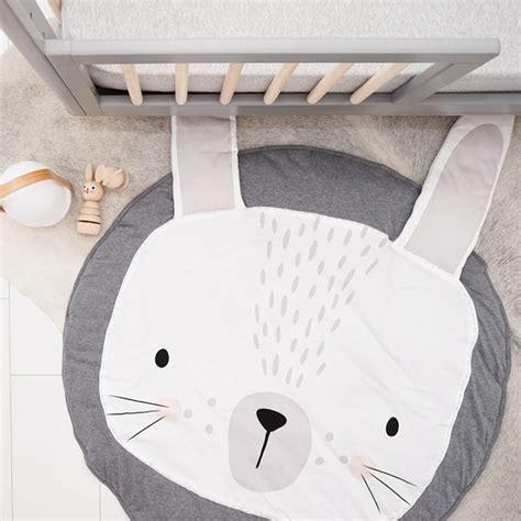 tapis pour chambre de bébé tapis lapin un tapis de jeux doux et design pour bébé