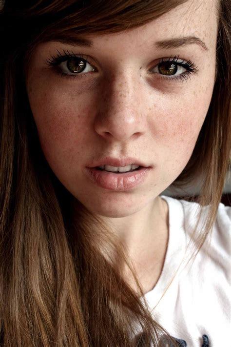 Fondos De Pantalla Morena Modelo Mujer Mirando Al