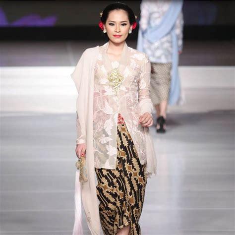 Memadukan dengan bawahan batik baik panjang atau agak pendek sesuai keinginan anda. Kebaya Modern   Model pakaian, Gaun kebaya modern, Pakaian ...