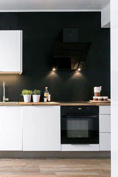 mur noir cuisine cuisine blanche et noir peinture satin