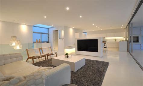 maison contemporaine blanche avec  interieur design