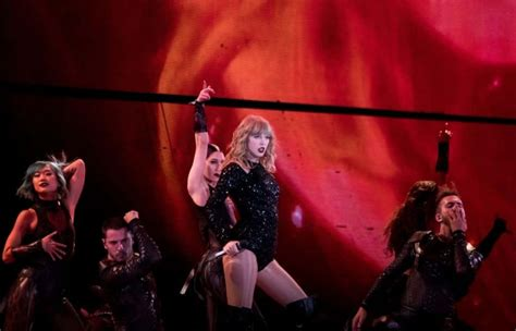 Taylor Swift Shows Off Her Reputation At Homecoming Show ...