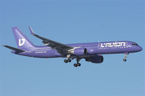 air transat embarquement en ligne file l avion boeing 757 200 verkuringen jpg wikimedia commons