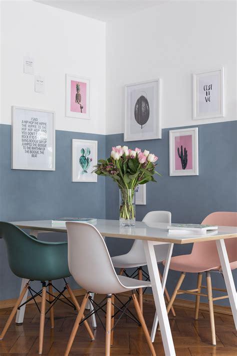 blaue wand wohnzimmer wand halb blau gestrichen mit gerahmten bildern wohnen gerahmte bilder rahmen