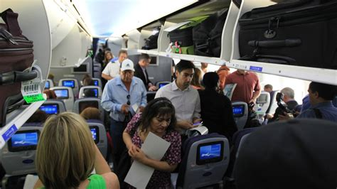 united airlines resumes boeing dreamliner 787 flights