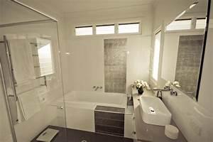 Petite Salle De Bain Design : petite salle de bain baignoire douche deco salle de bain ~ Dailycaller-alerts.com Idées de Décoration