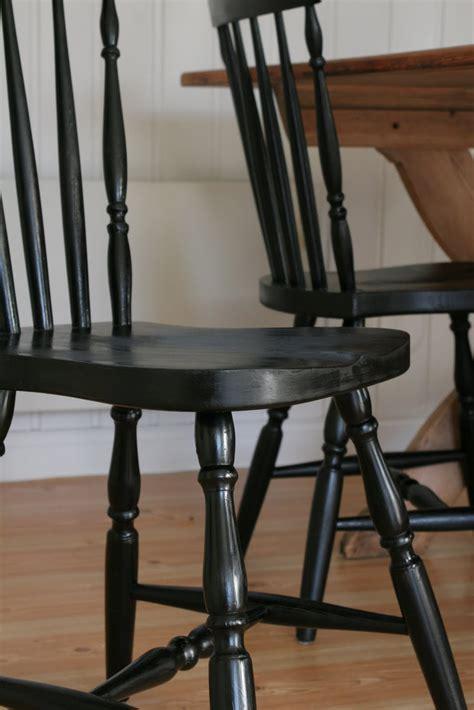 svarta pinnstolar svarta och vita stolar tomt rum fr