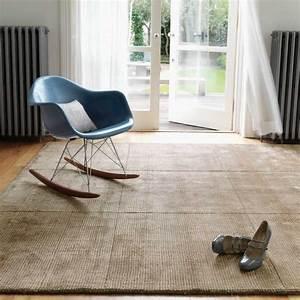 tapis design de salon taupe en laine et viscose With tapis rouge avec canapé contemporain haut de gamme