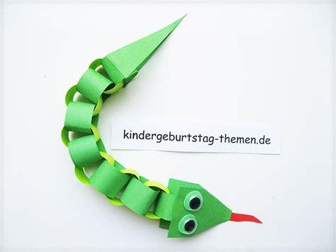 eine bunte papier schlange mit kindern basteln kindergeburtstag motto dschungel tiere