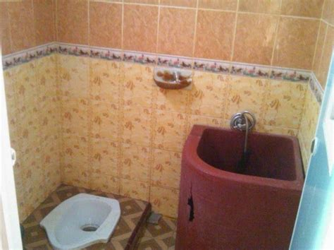 Gosok bak mandi menggunakan produk pembersih untuk mengangkat kerak kapur. 12 Cara Mendesain Kamar Mandi Minimalis Agar Terasa Lega   Aneka Tips dan Informasi Bermanfaat