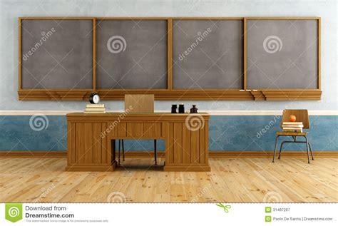 bureau professeur salle de classe de vintage avec le bureau du professeur