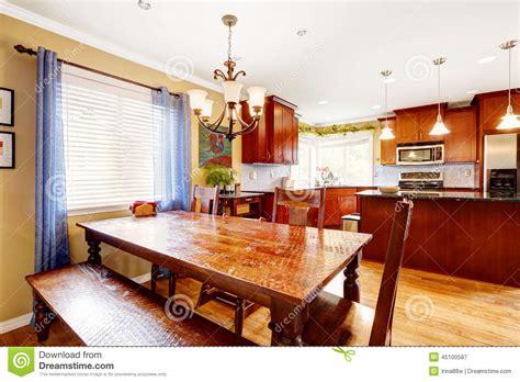 table et banc de cuisine table de salle à manger avec le banc et chaises dans la