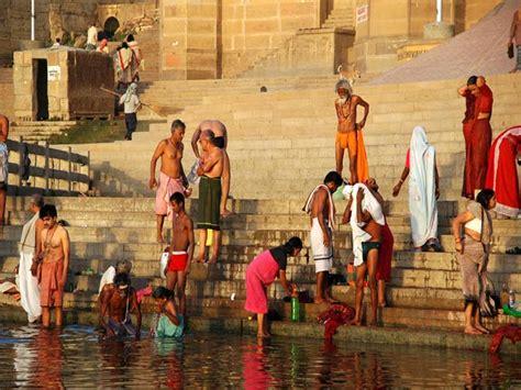 bagno gange varanasi nell india devota e religiosa venividivici