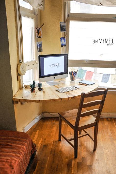 Corner Desk Ideas Diy by Diy Pallet Wood Corner Computer Desk 101 Pallets