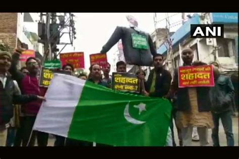 Pulwama attack: Protesters burn Pak flag in Maha's ...