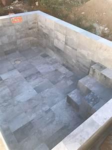 Beton Ciré Piscine : exemple de r alisation de piscine avec carrelage grand format imitation b ton cir six fours ~ Melissatoandfro.com Idées de Décoration