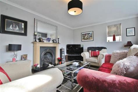 bedroom detached house  sale  wood lane isleworth tw