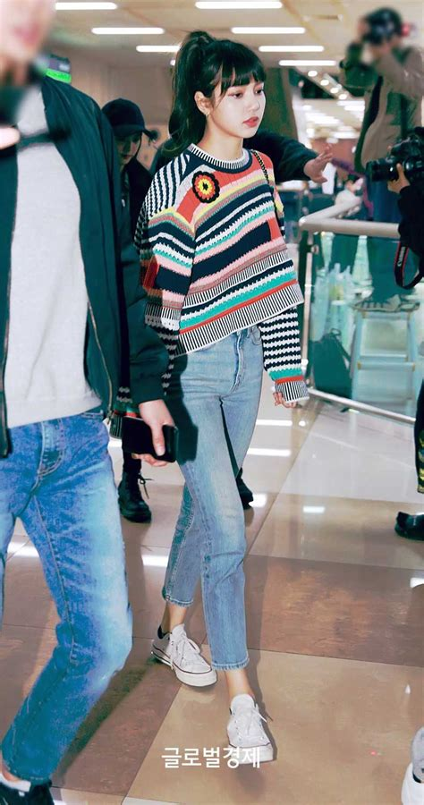 Blackpink-Lisa-Airport-Fashion-1-April-2018-Colorful-Outfit-3