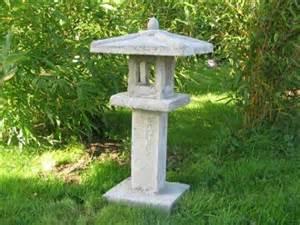 les de jardin et statue de pierre