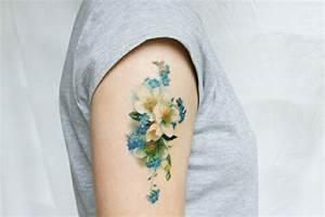 Tattoos Schulter Oberarm Frau : 30 blumen tattoo motive im trendigen wasserfarben look ~ Frokenaadalensverden.com Haus und Dekorationen