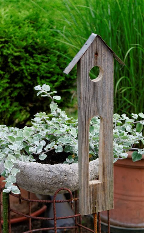 le aus alten holzbalken vogelhaus als gartendeko basteln und dekorieren