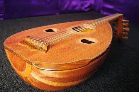 Loway (bass), cella (cello), karua (tenor 1), karua rua (tenor 2), un (alt 1), un rua (alt 2), katelu (ukulele) )), ina esa (melody 1), ina rua (melody 2. Sebutkan 3 Jenis Alat Musik Yang Berasal Dari Pulau ...