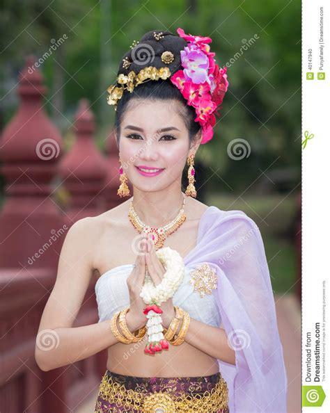 de cuisine thailandaise femme thaïlandaise dans le costume traditionnel de la