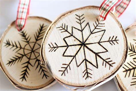 diy wood burned birch slice ornaments dans le lakehouse