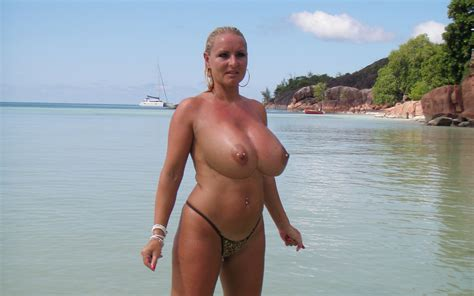 download photo 2736x1710 big tits milf blonde public