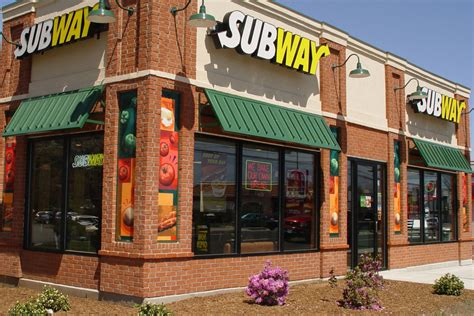 cuisine subway food worker fired after praising of two cops