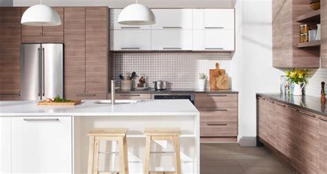 cuisine noyer cuisine immense cuisine à portes et façades de tiroir