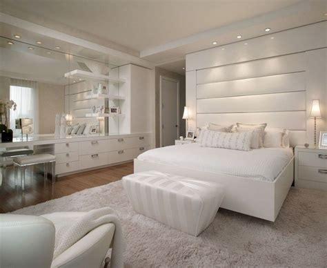 Weißes Schlafzimmer Mit Leder Bett-kopfteil Und