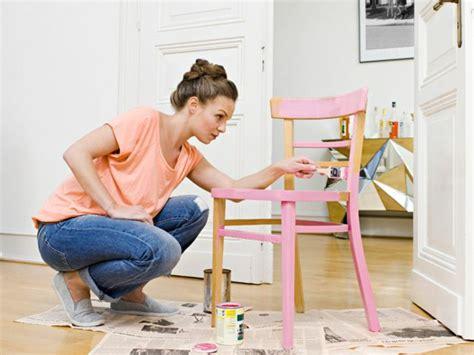 comment repeindre une chaise en bois vernis comment repeindre un meuble une nouvelle apparence