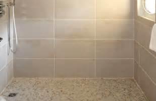 italienne carrelage et galets salle de bains deco