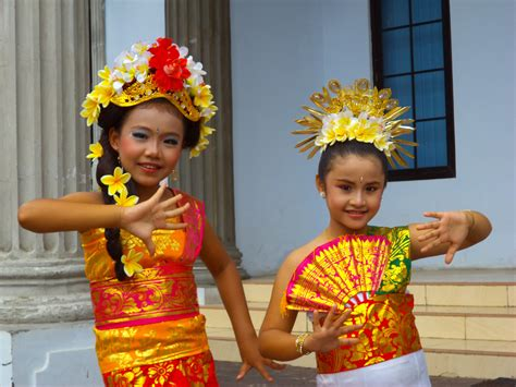 P Os Of The Day Balinese Costume  Ee  Fashion Ee   Show For Kids Bambangpriantono