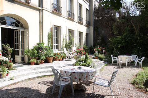 cuisine bourgeoise arbres de haute tige bordures de buis terrasse