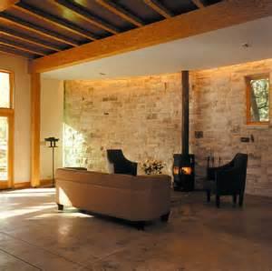 wohnzimmer dunkles holz natursteinwand im wohnzimmer natursteinwand im wohnzimmer der natrliche charme echtem