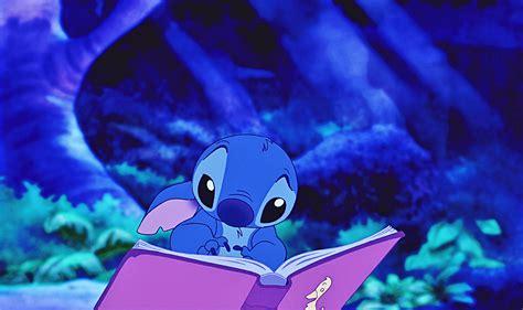 Stitch leyendo El Patito Feo Fondo de pantalla ID:2888