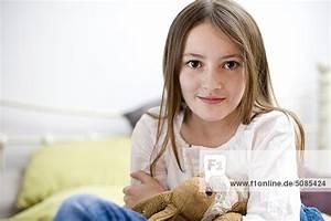 Haarfarbe Kind Berechnen : m dchen sitzt mit kuscheltier im bett lizenzpflichtiges bild bildagentur f1online 5085424 ~ Themetempest.com Abrechnung